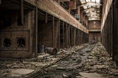 Loods in verlaten fabriek Stock Foto's