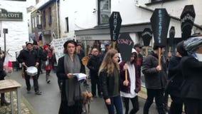 Looe, Cornualha, Reino Unido, o 16 de fevereiro de 2019 Grupo misturado ?de protestadores da rebeli?o da extin??o ?, marchando at filme