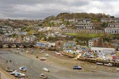 Looe Cornwall Anglia, przypływ za Chmura w niebie obraz stock
