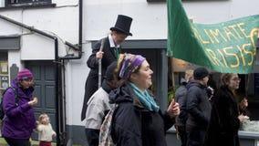 Looe, Cornwall, Gro?britannien, am 16. Februar 2019 Gemischte Gruppe ?L?schungs-Aufstands?Protestierender, marschierend durch die stockbild