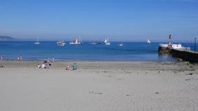 Looe strand Juli 5 2019, fartyg för Looe loggertregatta som ankras av stranden royaltyfri foto