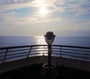 Looiking heraus zu den Seeferngläsern Stockbild