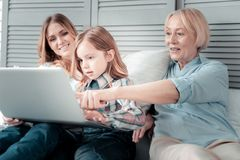 Joyful aged woman pointing at the laptop screen Royalty Free Stock Photos
