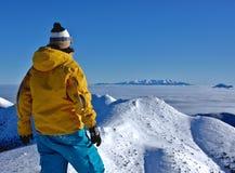 Lookig de garçon aux montagnes. Photo libre de droits