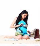 Lookig de la madre en los botines del bebé Fotos de archivo libres de regalías