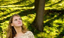Lookihg della giovane donna in su fotografia stock libera da diritti