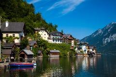 Lookin através do lago na vila idílico de Hallstatt foto de stock