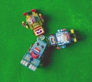 Lookin dei robot su Fotografie Stock Libere da Diritti
