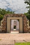 Lookin del primo piano attraverso la città Hall Ruins in Darwin del centro, Australia fotografie stock