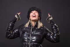 Lookin preto de levantamento de sorriso feliz maduro do revestimento do inverno da mulher 40s Fotografia de Stock Royalty Free