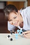 Looking At Molecular för kvinnlig student struktur på Arkivfoton