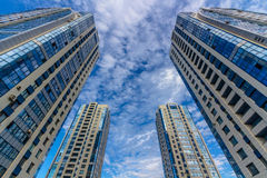 Lookingup an den Wohntürmen Lizenzfreie Stockfotografie