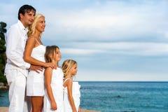 Lookinh семьи в расстояние на пляже. Стоковая Фотография RF