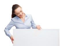 Lookint sorridente della donna di affari al bordo in bianco bianco Fotografia Stock Libera da Diritti