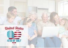 Loong heureux de famille à l'ordinateur portable pour le 4ème juillet Image libre de droits