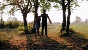 Loop de bosjongen en het meisje bij zonsondergang stock video