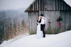 Loop de bruidegom en de bruid in de Karpatische bergen royalty-vrije stock foto