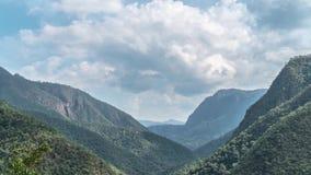 Loopable Cinemagraph Timelapse των σύννεφων που κινούνται επάνω από την κοιλάδα βουνών την ηλιόλουστη ημέρα απόθεμα βίντεο