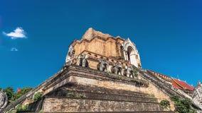 Loopable Cinemagraph Timelapse de Chedi Luang en Chiang Mai, Tailandia en Sunny Day brillante con el cielo azul claro metrajes