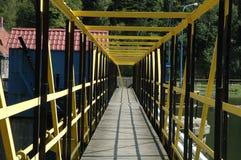 Loopbrug op dam Stock Fotografie