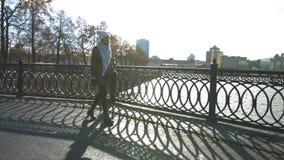Loopbrug op de straat stock footage