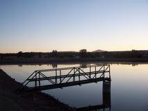 Loopbrug over lagune Stock Afbeeldingen