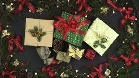 Loopingu prezenta zasięrzutni pudełka na zmroku - szary tło z dekoraci ramą sosnowi rożki, czerwień i złoto faborki, mruganie zbiory wideo