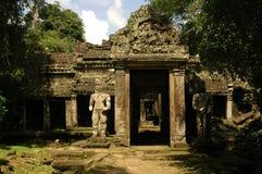 Looppas van oude Cambodjaanse tempel Stock Foto's