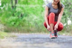 Loopschoenen - close-up van kant van de vrouwen het bindende schoen Stock Fotografie