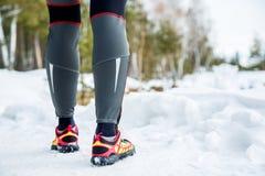 Loopschoenen - close-up van vrouwelijke sportfitness agent die klaar voor jogging in openlucht in de winter worden royalty-vrije stock foto's