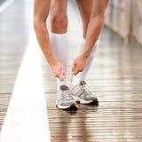 Loopschoenen - het kantclose-up van de mensen bindende schoen van Stock Fotografie