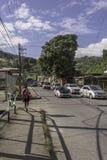 Loopt de jonge meisjes naar huis van school in Maraval, Trinidad stock foto's
