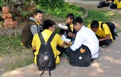 Lop Buri, Tailandia: Allievi tailandesi che mangiano pranzo Fotografie Stock Libere da Diritti