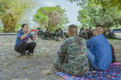 LOPBURI泰国,2019年3月24日:泰国军校学生在3月24日完成降伞训练以后放松在禁令南塔河Duea空投场 库存图片