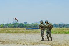 LOPBURI ТАИЛАНД, 24-ОЕ МАРТА 2019: Неопознанные кадеты шли назад к твердыне после практиковать skydiving на запрете Tha Duea стоковое изображение rf