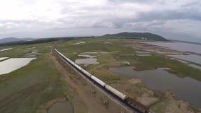 LOPBURI, TAILANDIA 20 DE JUNIO: Vista aérea del puente de travesía del tren en la presa del PA Sak Jolasid