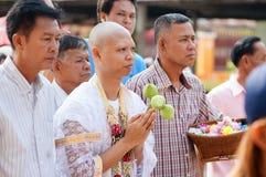 LOPBURI, TAILANDIA - 6 de marzo de 2016 el hombre de A vestido en blanco está experimentando un ritual budista de la ordenación e Imagen de archivo libre de regalías