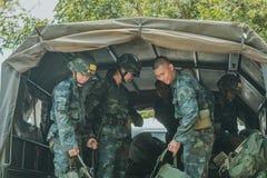 LOPBURI TAILANDIA, IL 23 MARZO 2019: I cadetti tailandesi non identificati sono militari commoventi dello zaino al camion alla zo fotografia stock