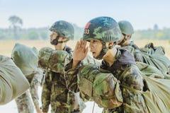 LOPBURI THA?LANDE, LE 24 MARS 2019 : Formation de cadet pour parachuter ? la zone de largage de Tha Duea d'interdiction en mars 2 photo stock