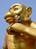 Lopburi, Thailand: Affe, der auf Affe-Statue sitzt Stockfotos