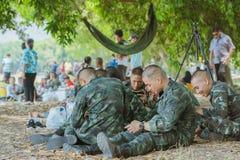 LOPBURI THAILAND, 23 MAART, 2019: De Thaise kadetten ontspannen na de voltooiing van de valscherm opleiding bij de Dalingsstreek  royalty-vrije stock afbeeldingen