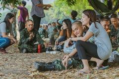 LOPBURI THAILAND, 23 MAART, 2019: De Thaise kadetten ontspannen na de voltooiing van de valscherm opleiding bij de Dalingsstreek  royalty-vrije stock foto's