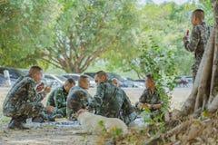 LOPBURI THAILAND, 24 MAART, 2019: De Thaise kadetten ontspannen na de voltooiing van de valscherm opleiding bij de Dalingsstreek  stock fotografie