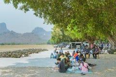 LOPBURI THAILAND, 23 MAART, 2019: De Thaise kadetten ontspannen na de voltooiing van de valscherm opleiding bij de Dalingsstreek  stock foto