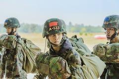 LOPBURI THAILAND, 24 MAART, 2019: Kadet opleiding voor het parachuteren bij de Dalingsstreek van Verbodstha Duea op 24,2019 Maart stock afbeelding