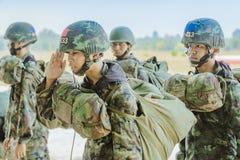 LOPBURI THAILAND, 24 MAART, 2019: Kadet opleiding voor het parachuteren bij de Dalingsstreek van Verbodstha Duea op 24,2019 Maart stock afbeeldingen