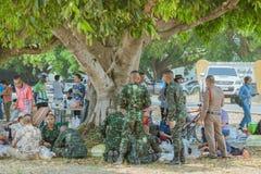 LOPBURI THAILAND, MARS 23, 2019: Thail?ndska kadetter kopplar av, n?r de har avslutat, hoppa fallsk?rm utbildning p? zonen f?r f? royaltyfria foton