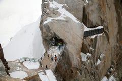 Lopen de toeristen op brug in bergen royalty-vrije stock afbeeldingen
