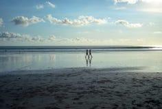 Lopend bij Kuta-Strand, Bali-Indonesië in de zonsondergangtijd stock afbeelding