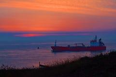 Lopend in de duinen, die een schip in de avond in de herfst zien Royalty-vrije Stock Afbeelding